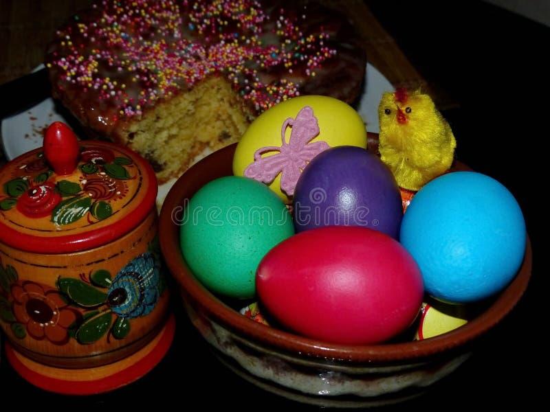 Pâques Kulich traditionnel, Pâques a coloré des oeufs Dispositif trembleur de sel avec du sel Jour heureux Pâques lumineuse Vacan photos stock