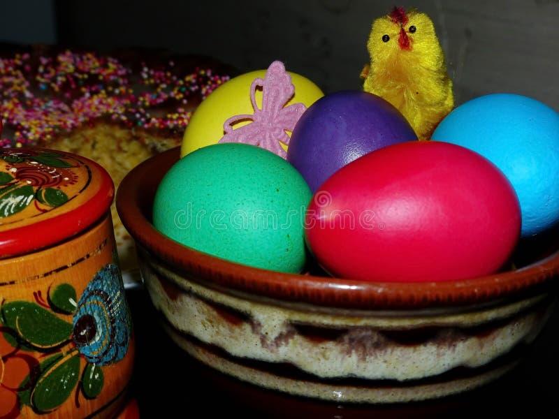 Pâques Kulich traditionnel, Pâques a coloré des oeufs Dispositif trembleur de sel avec du sel Jour heureux Pâques lumineuse Vacan images stock
