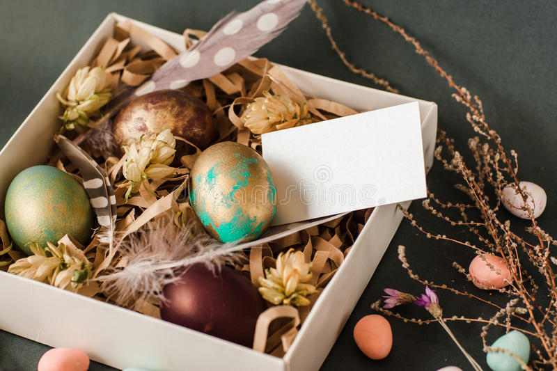 Pâques présentent la boîte avec les oeufs de couleur et la maquette de carte image libre de droits