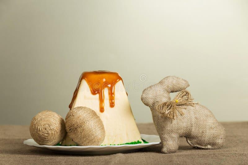 Pâques traditionnelle curds le dessert et les oeufs de pâques, lapin sur le gris images libres de droits