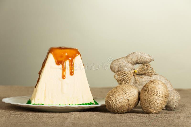 Pâques traditionnelle curds le dessert et les oeufs de pâques, lapin sur le gris image stock