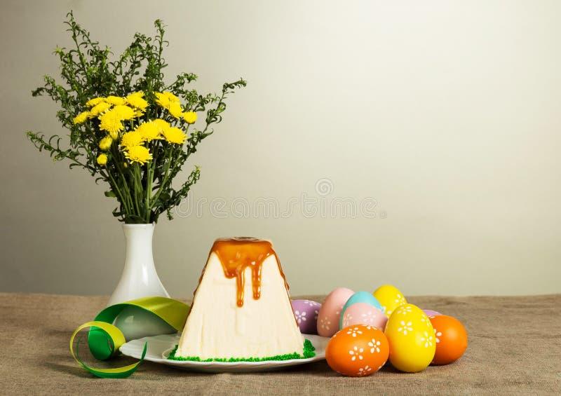 Pâques traditionnelle curds le dessert, les oeufs colorés, les fleurs et le ribb photos stock