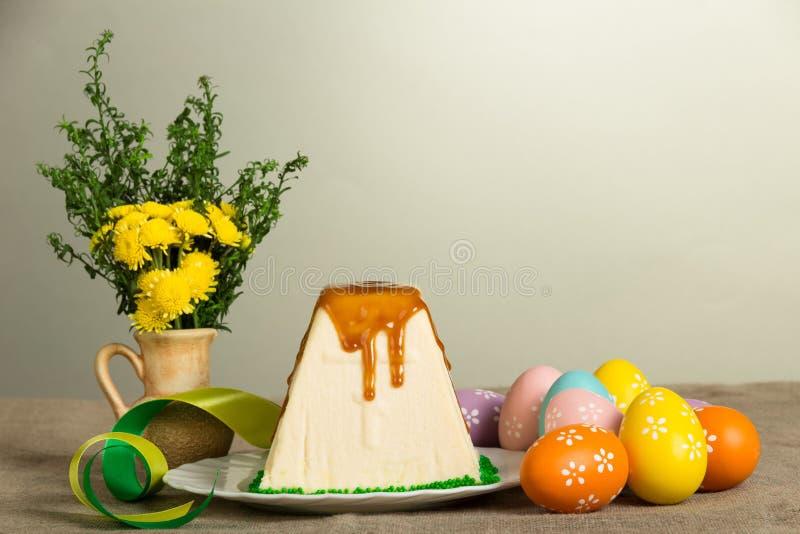 Pâques traditionnelle curds le dessert, les oeufs de pâques, les fleurs et le ribbo images stock