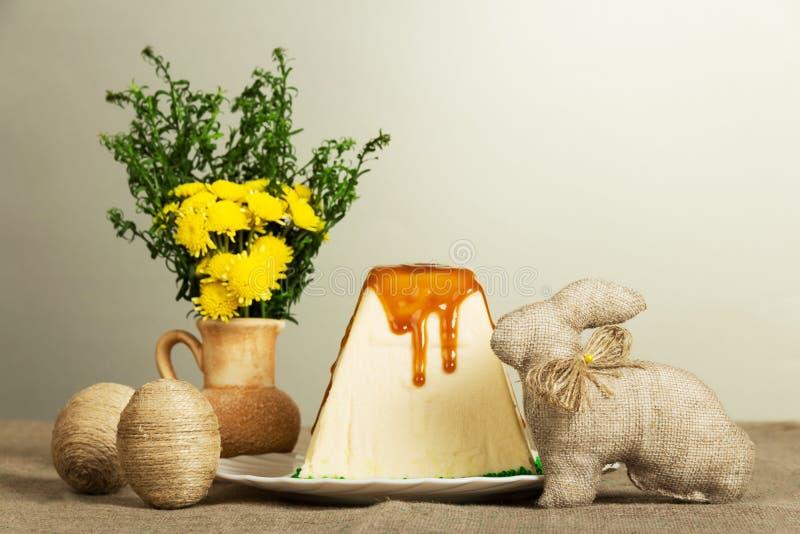 Pâques traditionnelle curds le dessert, les oeufs de pâques, le lapin et les fleurs image libre de droits