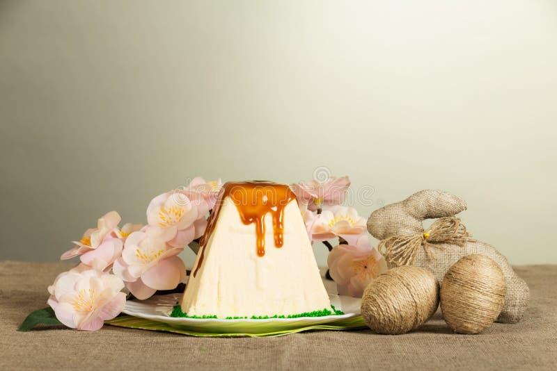 Pâques traditionnelle curds le dessert, les oeufs de pâques, le lapin et les fleurs photographie stock libre de droits