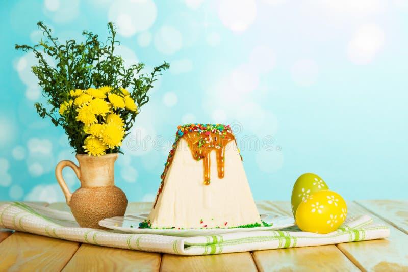 Pâques traditionnelle curds le dessert, oeufs de pâques colorés, les fleurs o photographie stock libre de droits