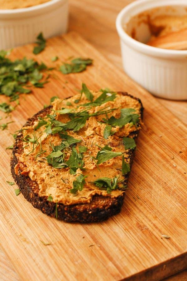 Pâté de champignon de chanterelle avec du pain noir sur le boa en bois de coupe photographie stock libre de droits
