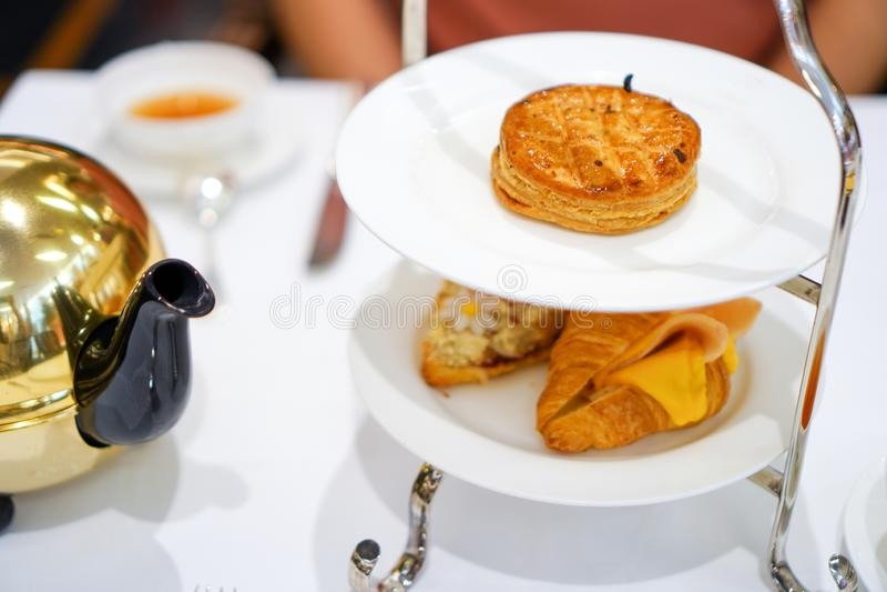 Pâté en croûte cuit au four savoureux de poulet du plat blanc avec le croissant frais photos stock