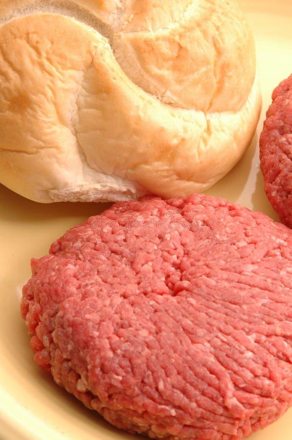 Pâtés d'hamburger avec le pain photos libres de droits