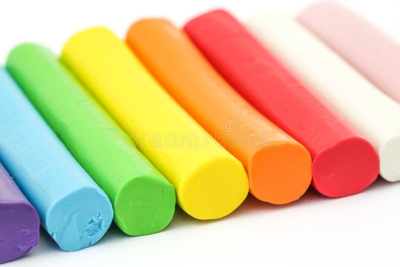 Pâte à modeler colorée de tige arrangeant sur le fond blanc photo stock