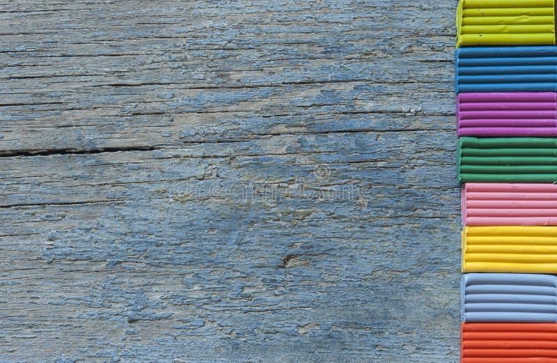 pâte à modeler colorée en haut de la table - fond f prêt photo libre de droits