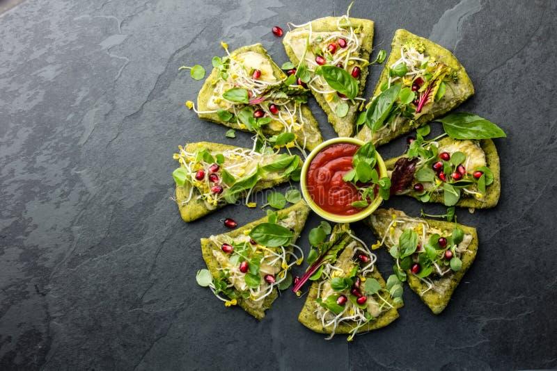 Pâte d'épinards, légumes et pizza de fromage verts, fond d'ardoise image stock