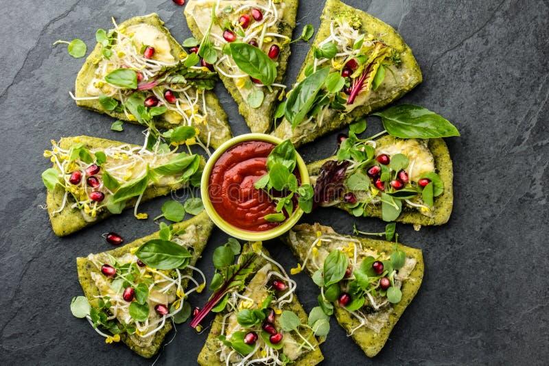 Pâte d'épinards, légumes et pizza de fromage verts, fond d'ardoise image libre de droits