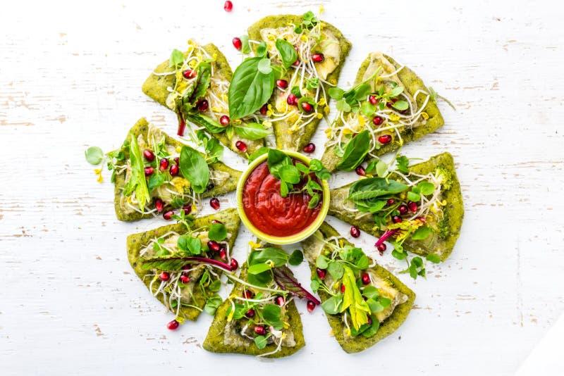 Pâte d'épinards, légumes et pizza de fromage verts sur le fond de wite images libres de droits
