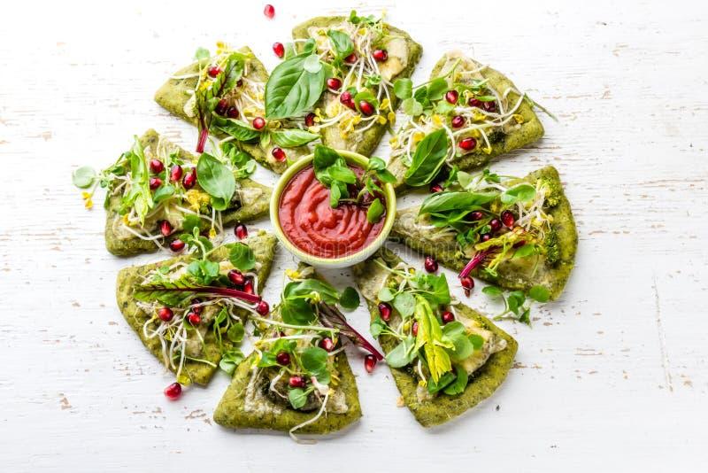 Pâte d'épinards, légumes et pizza de fromage verts sur le fond de wite photo libre de droits