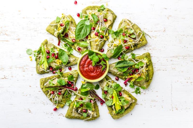 Pâte d'épinards, légumes et pizza de fromage verts sur le fond de wite photographie stock libre de droits
