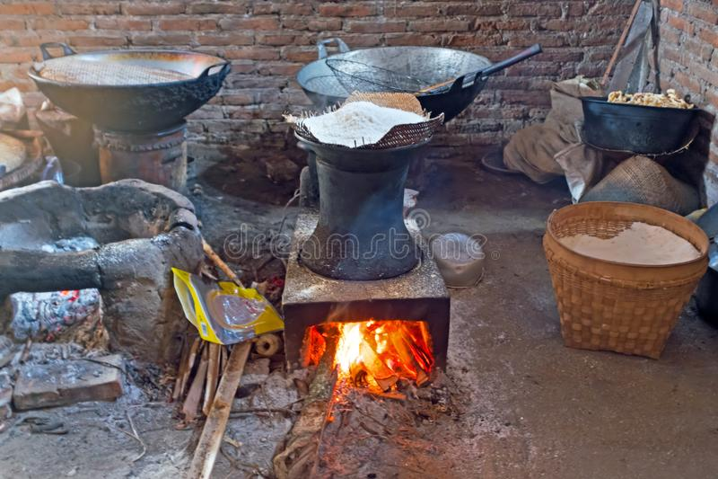 Pâte de chauffage sur un feu pour faire des spaghetti d'une manière démodée photos libres de droits