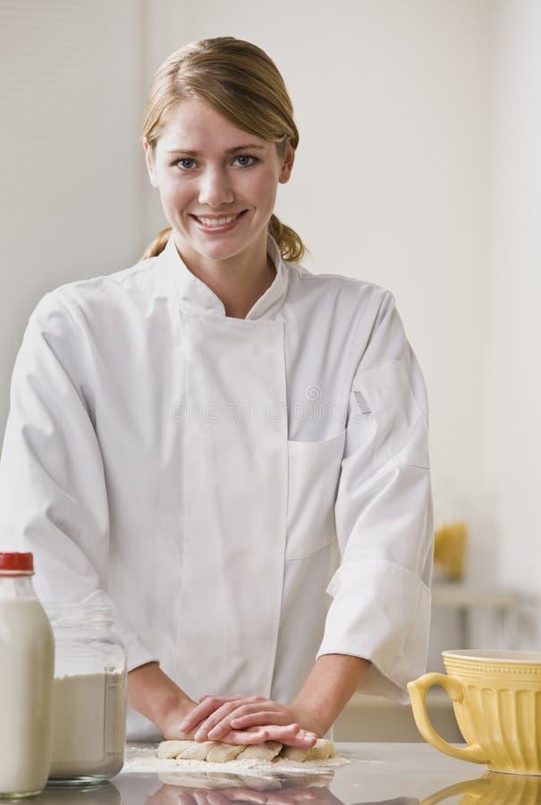Pâte de malaxage de chef de pâtisserie photographie stock libre de droits