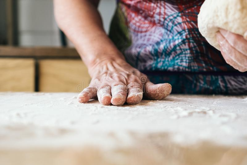 Pâte de malaxage de femme qualifiée de boulanger Concep professionnel de boulangerie photos stock