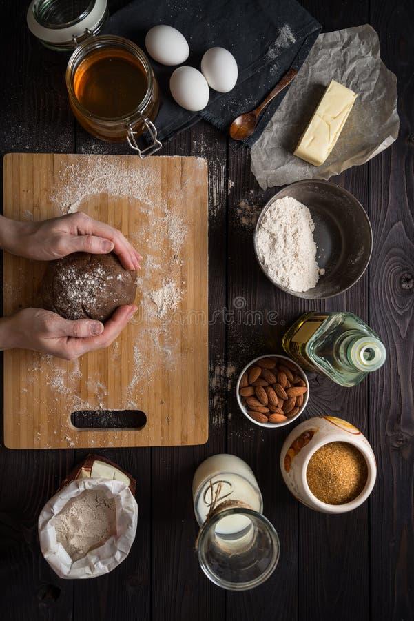 Pâte de malaxage pour faire parmi cuire au four les ingrédients images stock