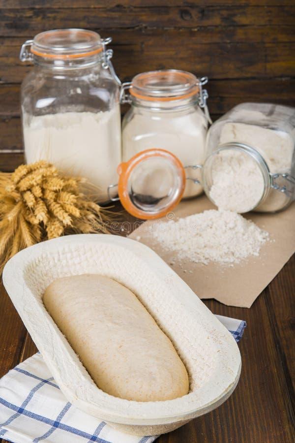 Pâte de pain dans le panier de fermentation photos stock