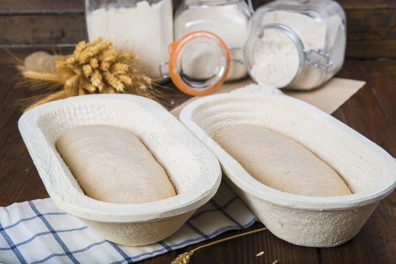 Pâte de pain dans le panier de fermentation images libres de droits