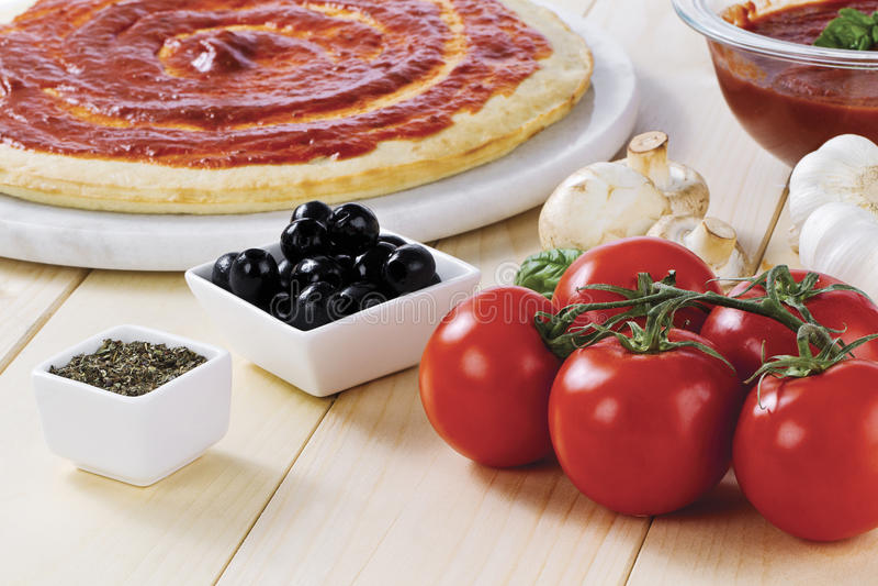 Pâte de pizza de sauce tomate images libres de droits