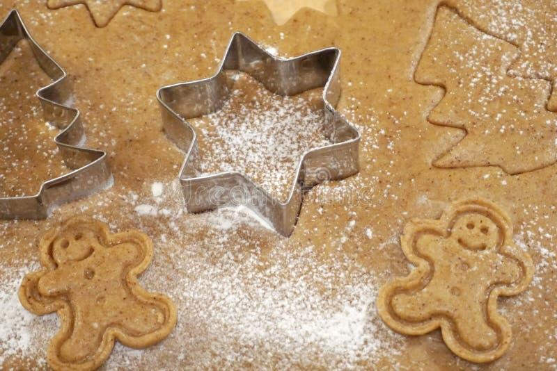 Pâte et moules de biscuits d'homme de gingembre pour le gâteau de Noël photographie stock libre de droits