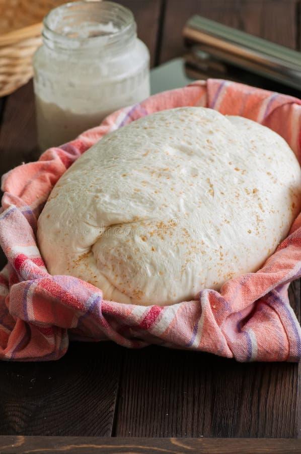 Pâte faite maison, levain dans un pot, mélange des farines, pain et bas photographie stock libre de droits