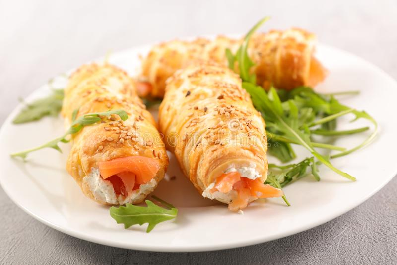 Pâte feuilletée avec les saumons fumés images stock