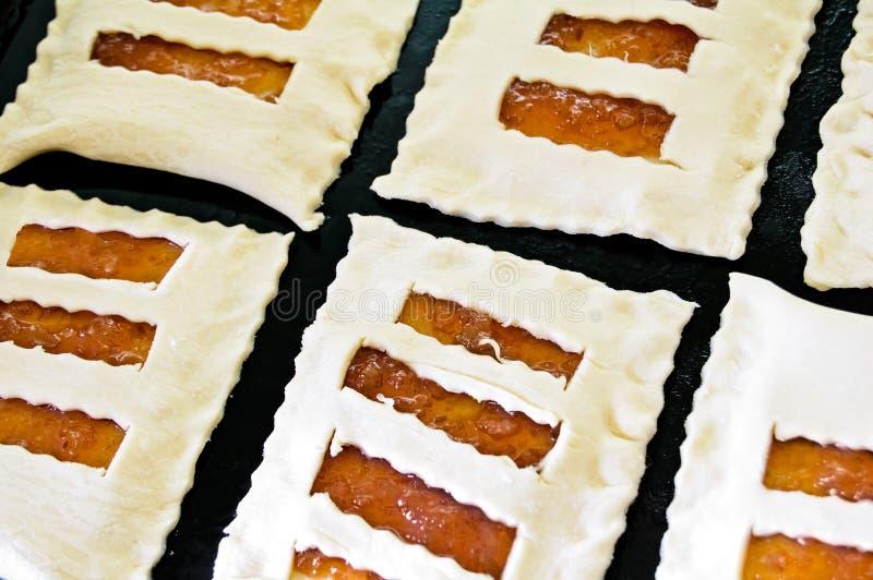 Pâte feuilletée crue avec le bourrage. image stock