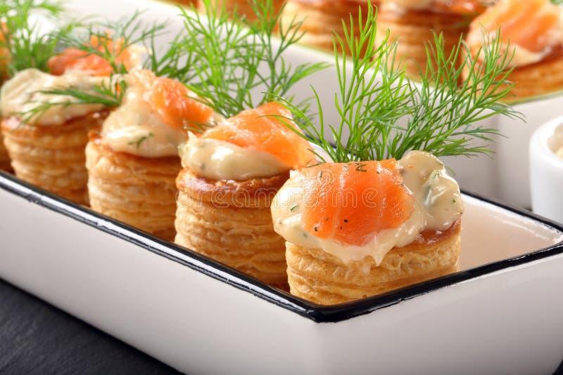Pâte feuilletée d'apéritif avec l'immersion et les saumons d'aneth image stock