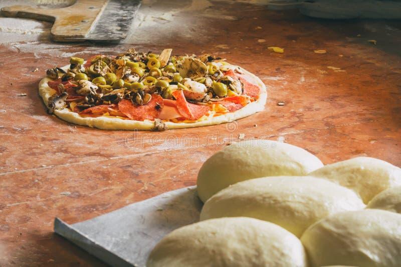Pâte italienne fraîche de pizza  images libres de droits