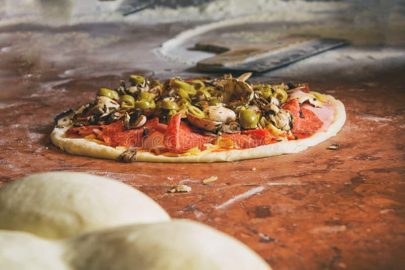 Pâte italienne fraîche de pizza  photo libre de droits
