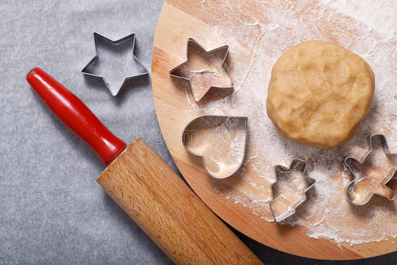 Pâte organique faite maison de biscuits de sucre de beurre de concept de cuisson sur forme ronde de coupeur de conseil en bois et image stock