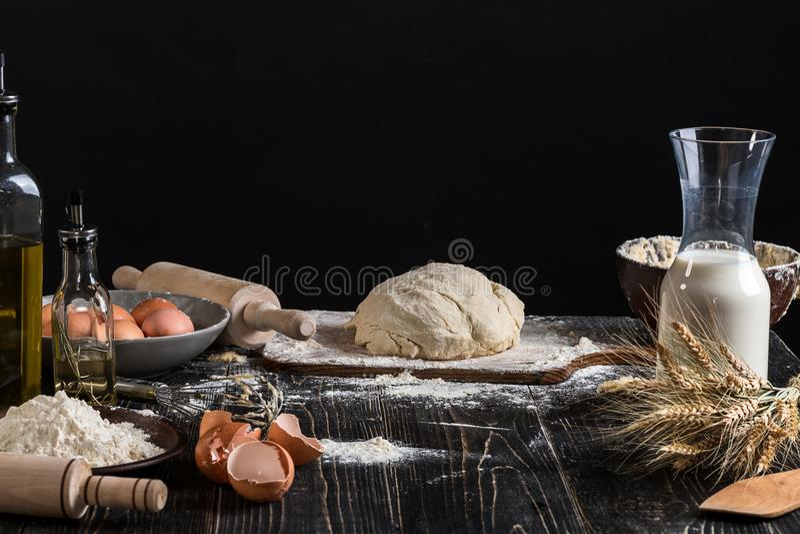 Pâte pour le pain de préparation, pizza, tarte Ingrédients, configuration plate de nourriture sur le fond de table de cuisine Beu photos libres de droits