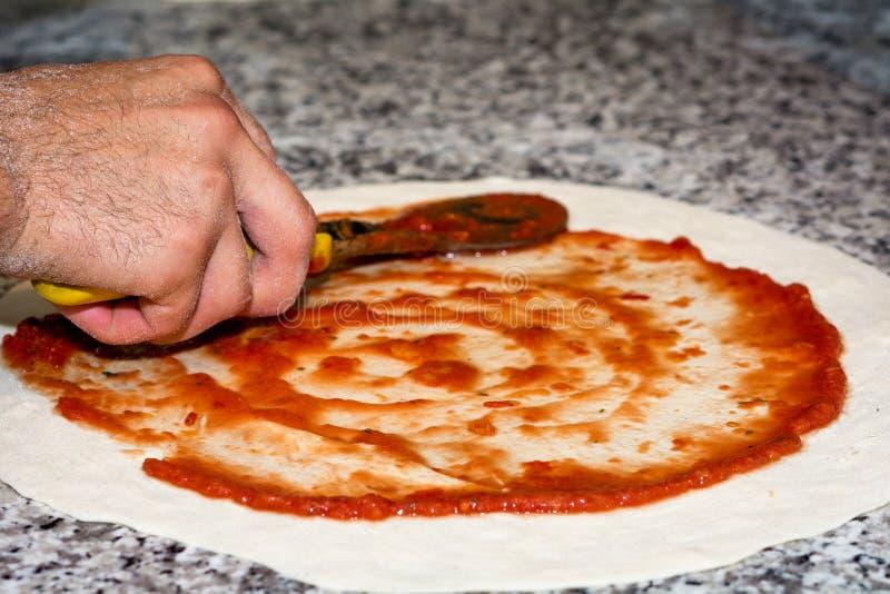 Pâte préparée de pizza avec la sauce tomate photo libre de droits