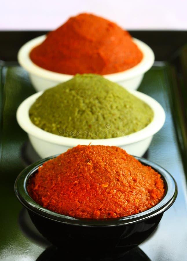 Pâte rouge et verte de cari dans la cuvette photographie stock libre de droits