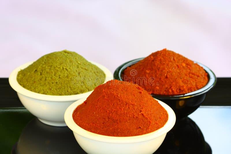 Pâte rouge et verte de cari dans la cuvette images stock