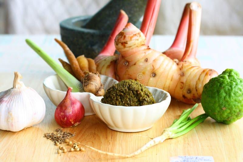 Pâte verte de cari avec les ingrédients frais images stock