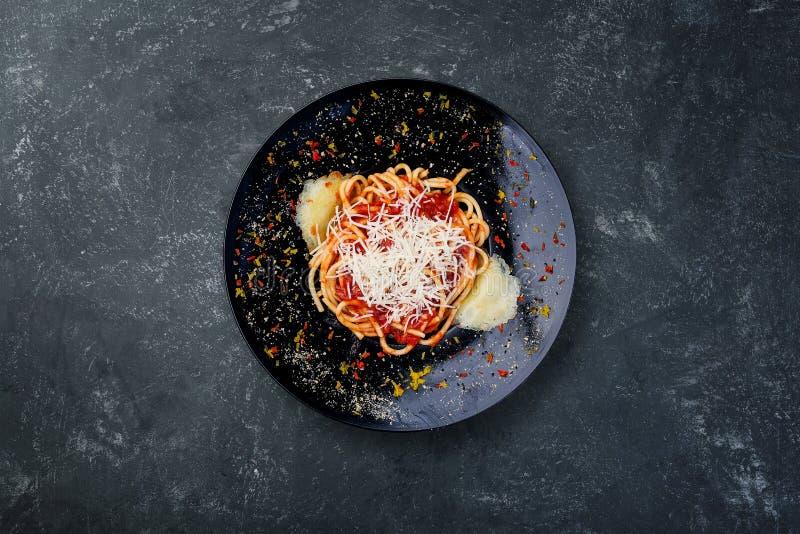 Pâtes Arabyata avec les tomates et le fromage image stock