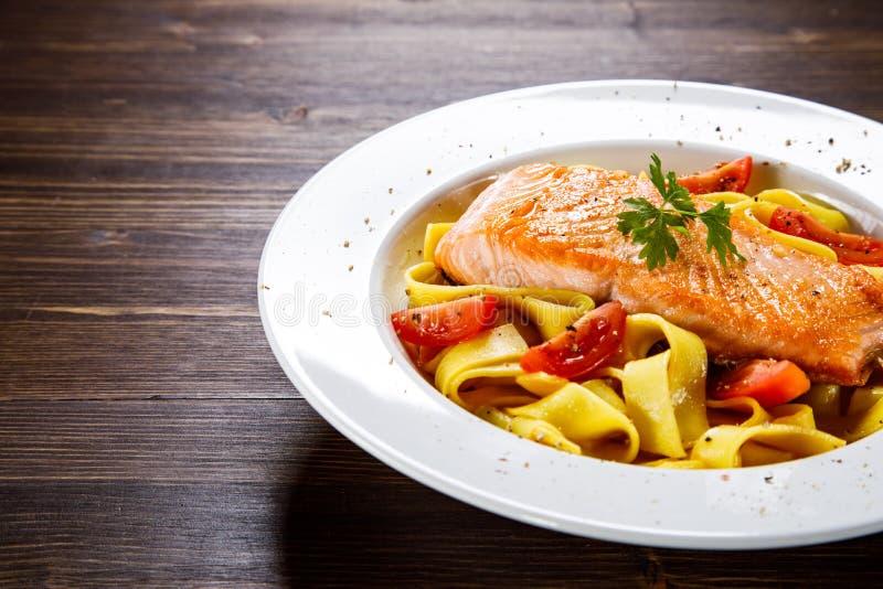Pâtes au saumon grillé et légumes images libres de droits