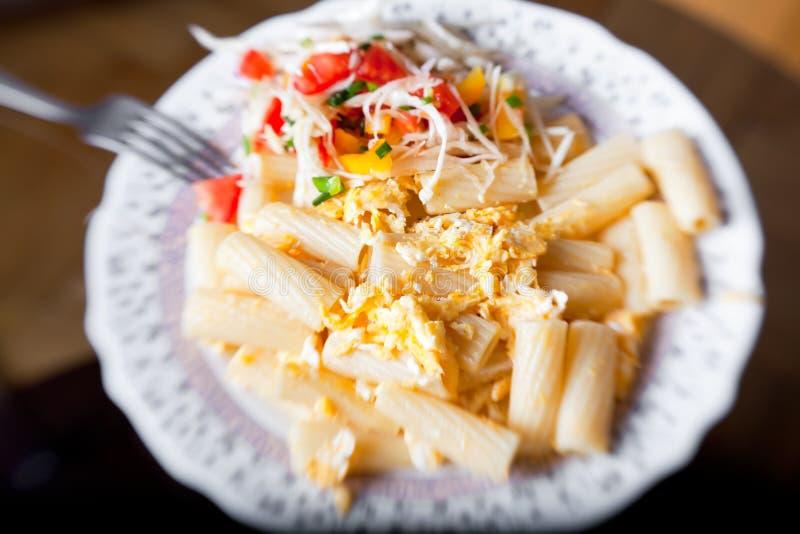 Pâtes avec de la salade de la tomate et du chou photographie stock libre de droits