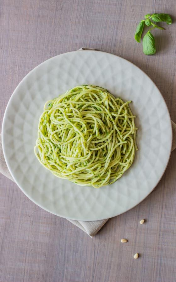 Pâtes avec de la sauce à pesto sur un fond gris Cuisine italienne Nourriture v?g?tarienne Le r?gime photo libre de droits