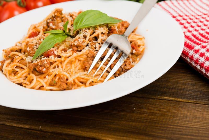 Pâtes avec de la viande, sauce tomate images libres de droits