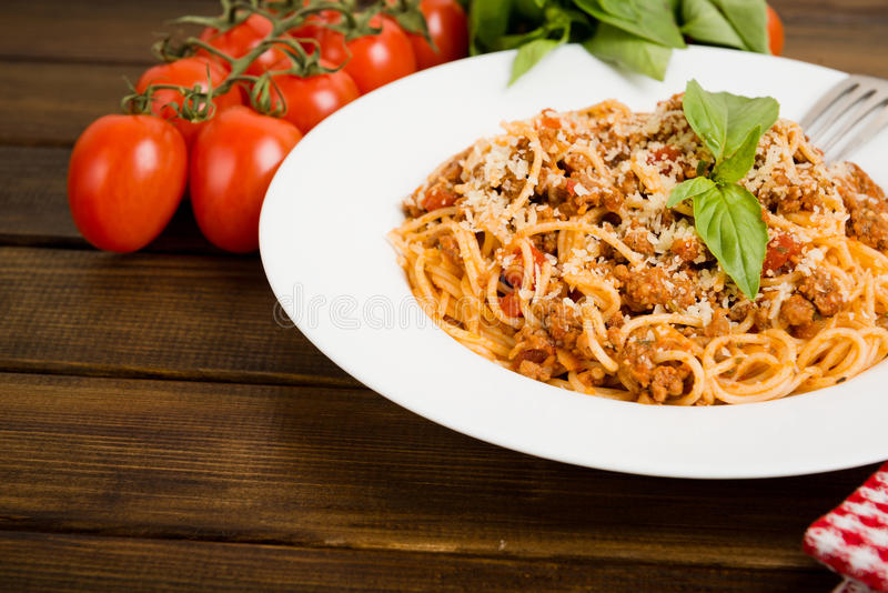 Pâtes avec de la viande, sauce tomate photos stock