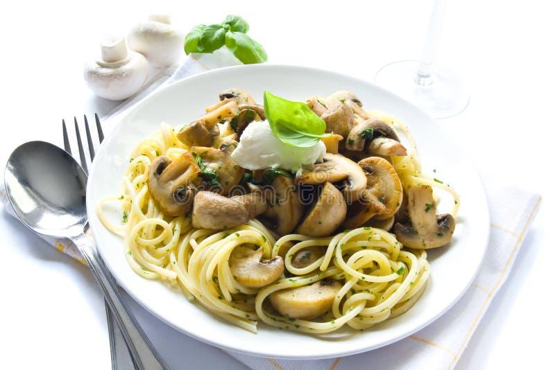 Pâtes avec des champignons de couche images stock