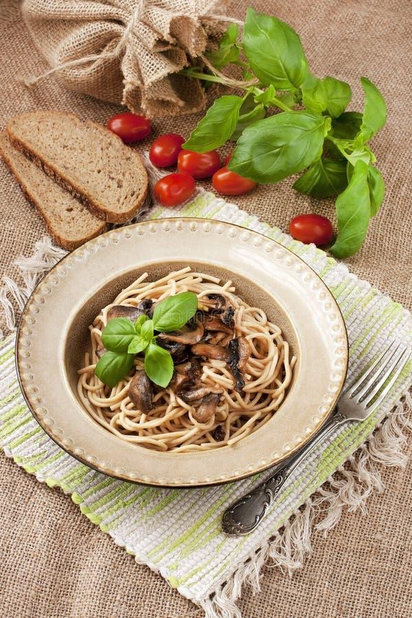 Pâtes avec des champignons de couche image libre de droits