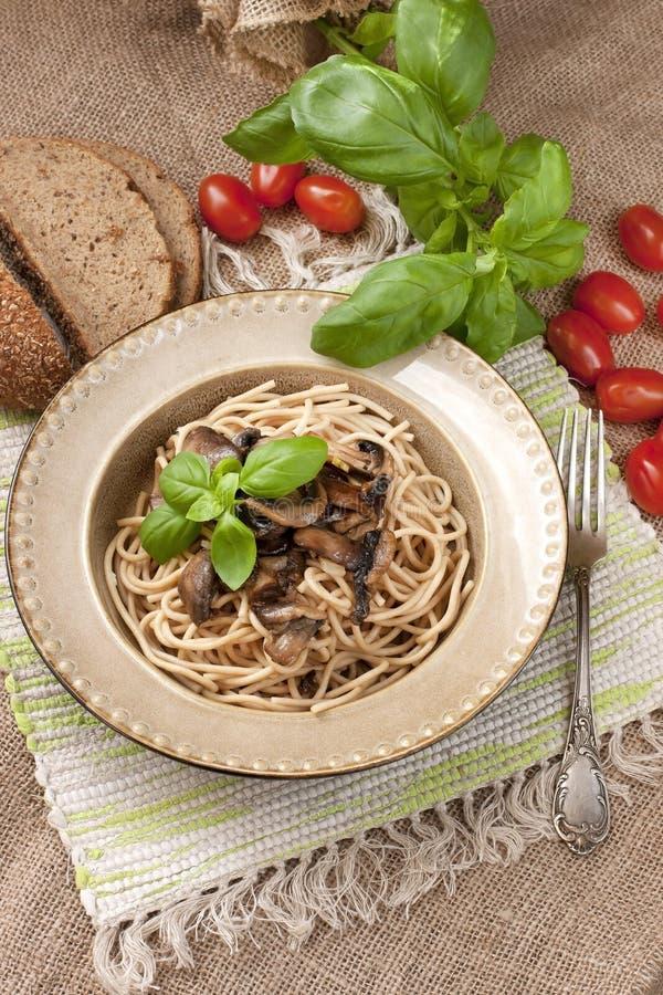 Pâtes avec des champignons de couche image stock