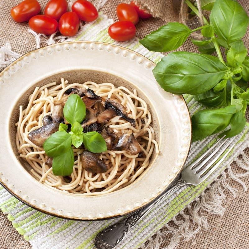 Pâtes avec des champignons de couche images libres de droits